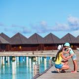 Маленькая девочка и молодая мать во время каникул пляжа стоковое фото rf
