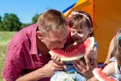Маленькая девочка и папа есть арбуз на пикнике Стоковое Изображение RF