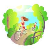 Маленькая девочка и парень на велосипеде едут в парке Спорт деятельности внешние Перемещение велосипедистов Стоковое Фото
