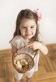 Маленькая девочка и птица любят друзья полный влюбленности Стоковое Изображение RF