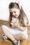 Маленькая девочка и птица любят друзья полный влюбленности Стоковая Фотография