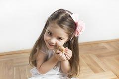 Маленькая девочка и птица любят друзья полный влюбленности Стоковое Изображение