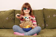 Маленькая девочка и плюшевый медвежонок с стеклами 3d Стоковая Фотография