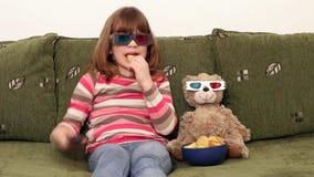 Маленькая девочка и плюшевый медвежонок с стеклами 3d сток-видео