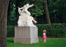 Маленькая девочка и скульптура стоковые изображения rf