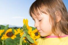 Маленькая девочка и солнцецвет Стоковая Фотография RF