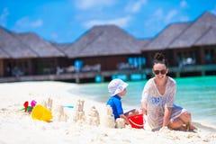 Маленькая девочка и счастливая мать играя с пляжем Стоковые Изображения RF
