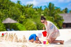 Маленькая девочка и счастливая мать играя с пляжем Стоковое Изображение RF