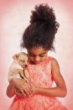 Маленькая девочка и щенок спать Стоковые Изображения