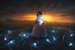 Маленькая девочка и электрическая лампочка стоковая фотография rf