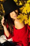 Маленькая девочка идя в парк осени Стоковая Фотография