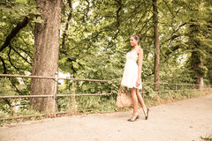Маленькая девочка идя в парк Стоковая Фотография