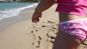 Маленькая девочка идя на пляж видеоматериал