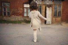 Маленькая девочка идя прочь стоковая фотография rf