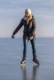 Маленькая девочка катаясь на коньках на озере Balaton в Венгрии Стоковые Фотографии RF