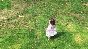 Маленькая девочка, который побежали на зеленой траве сток-видео