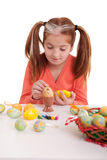 Маленькая девочка крася пасхальные яйца Стоковое Изображение RF