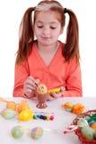 Маленькая девочка крася пасхальные яйца Стоковое Изображение