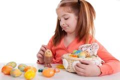 Маленькая девочка крася пасхальные яйца Стоковая Фотография