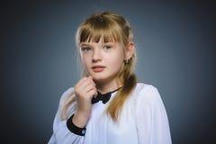 Маленькая девочка крупного плана вспугнутая и сотрясенная Человеческое выражение стороны эмоции стоковая фотография