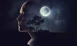 Маленькая девочка мечтая с закрытыми глазами Мультимедиа стоковые фото