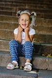 Маленькая девочка моды на прогулке стоковая фотография rf
