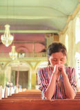 Маленькая девочка моля в церков Стоковая Фотография