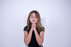 Маленькая девочка моля с крылами ангела Стоковая Фотография RF