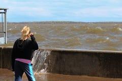 Маленькая девочка наблюдая волну Стоковое Изображение