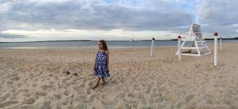 Маленькая девочка наблюдая заход солнца Стоковое Изображение RF