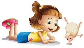 Маленькая девочка наблюдая дикое животное Стоковые Изображения