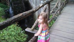 Маленькая девочка наслаждаясь бухтой cades Стоковые Изображения RF