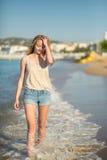 Маленькая девочка наслаждаясь ее каникулами морем Стоковая Фотография RF