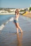 Маленькая девочка наслаждаясь ее каникулами морем Стоковая Фотография
