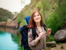 Маленькая девочка наслаждаясь природой на укладывая рюкзак отключении в горах Стоковые Изображения