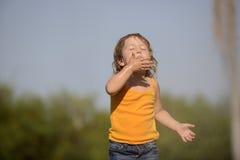 Маленькая девочка наслаждаясь светлым дождем лета стоковые изображения rf