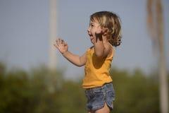 Маленькая девочка наслаждаясь светлым дождем лета стоковое фото rf