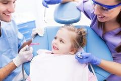 Маленькая девочка на дантисте стоковые изображения