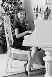 Маленькая девочка на белом рояле Стоковые Фотографии RF
