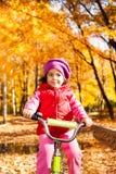 Маленькая девочка на велосипеде Стоковое Изображение RF