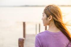 маленькая девочка на деревянном мосте Стоковые Фотографии RF