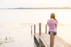 маленькая девочка на деревянном мосте Стоковая Фотография