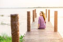 маленькая девочка на деревянном мосте Стоковые Изображения RF