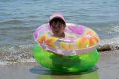 Маленькая девочка на море стоковое изображение