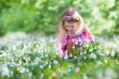 Маленькая девочка на охоте пасхального яйца Стоковая Фотография RF