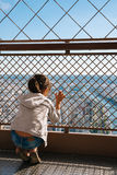 Маленькая девочка на последнем этаже Эйфелева башни Стоковое Фото