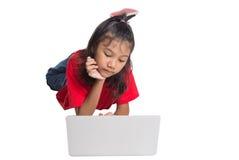 Маленькая девочка на поле с компьтер-книжкой II Стоковые Фото
