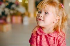 Маленькая девочка над предпосылкой с bokeh стоковые изображения rf