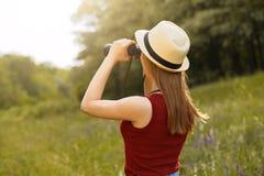 Маленькая девочка на природе с шляпой и бинокулярное Лето Стоковые Фотографии RF