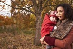 Маленькая девочка на прогулке осени с матерью стоковое фото